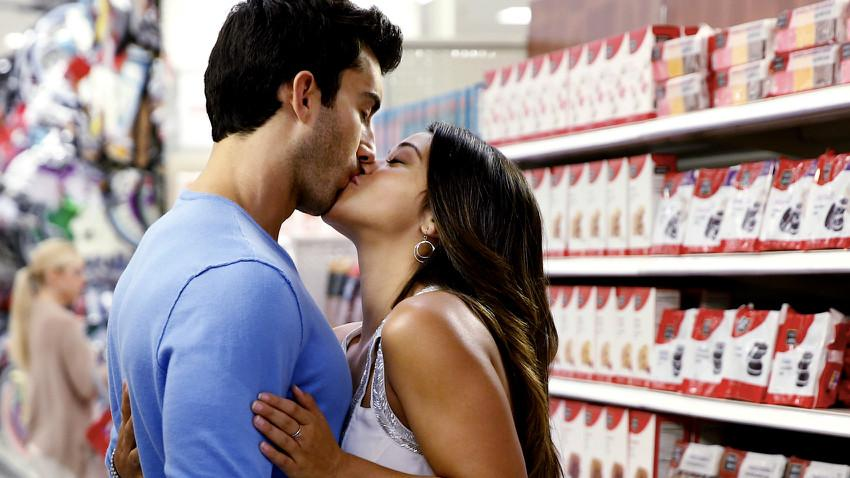 Justin Baldoni and Gina Rodriguez in The CW show Jane the Virgin